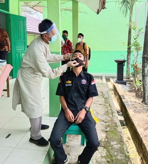 Antisipasi Penyebaran COVID-19 Selama Kegiatan Belajar Mengajar Tatap Muka, PTK dan peserta didik SMKN Tanjungsari lakukan tes Rapid Antigen